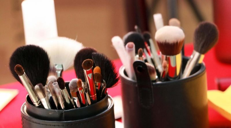 5 Makeup Tools You Need to Enhance Your Beauty Routine